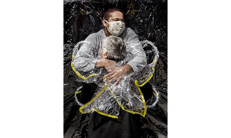 Una abraçada en pandèmia de Mads Nissen guanya el World Press Photo
