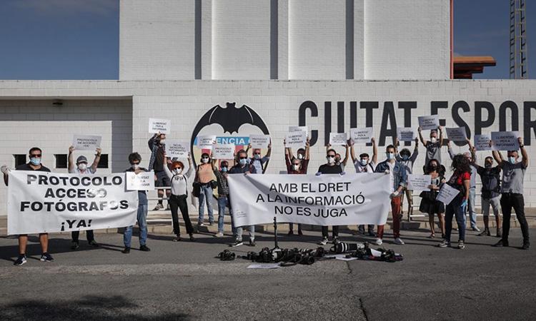 Els fotoperiodistes protesten a Paterna per la prohibició d'entrar als camps de futbol